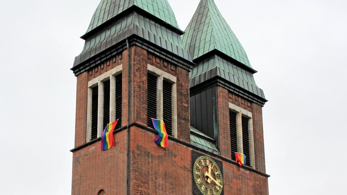 Regenbogenflaggen an der Herz-Jesu-Kirche in Gladbeck